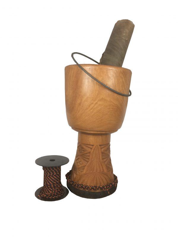 djembé en cours de réparation avec cordage et peau à coté de l'instrument